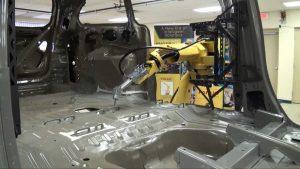 רובוט FANUC מבצע איטום במכונית